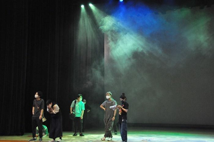 華やかな照明が使えるのも劇場の舞台ならでは。