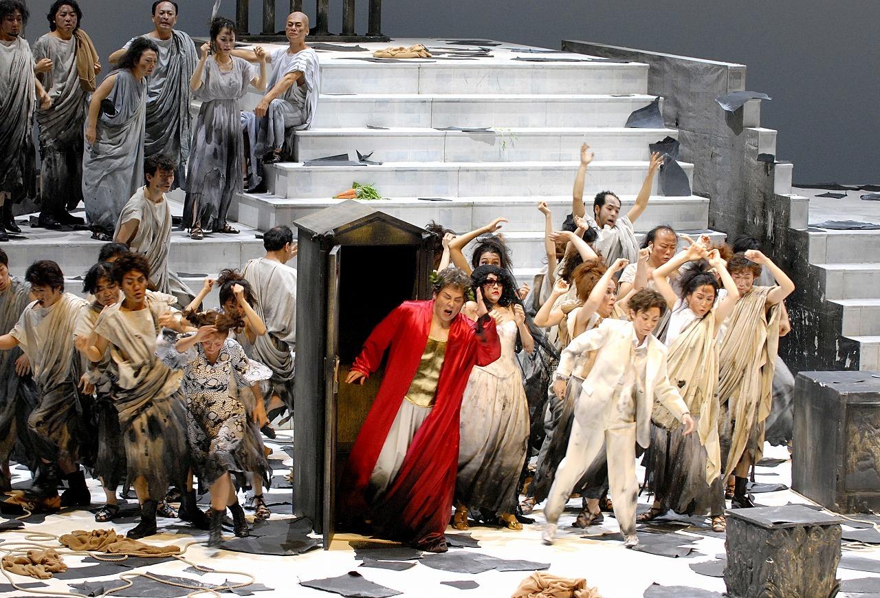 東京⼆期会オペラ劇場公演過去のコンヴィチュニー演出から 『皇帝ティトの慈悲』   撮影=三枝近志