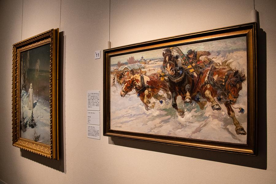 展示風景。右からニコライ・サモーキシュ《トロイカ》 1917年、ヴィクトル・ワスネツォフ《雪娘》1899年
