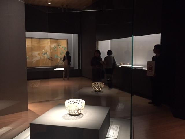 エントランスを美しく飾る、白釉円孔透鉢 野々村仁清 江戸時代 17世紀 MIHO MUSEUM