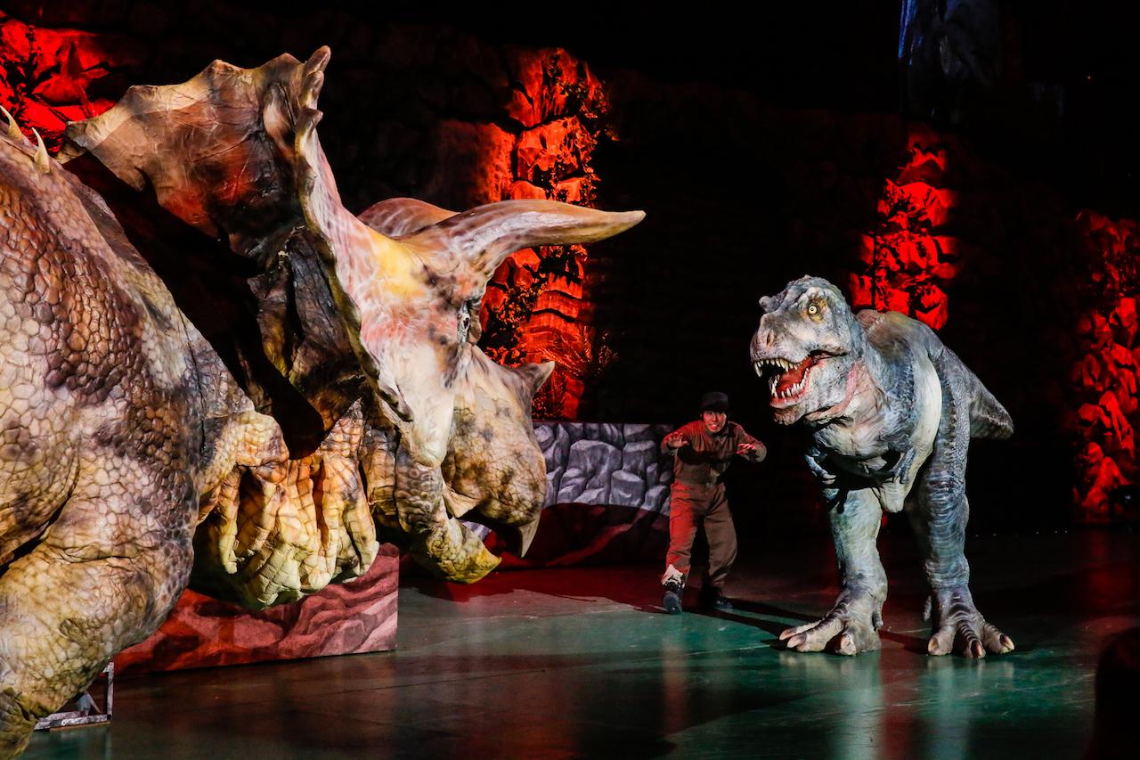 大迫力の恐竜の対決シーン。ティラノサウルスVSトリケラトプス、地球を制するのはどっち?