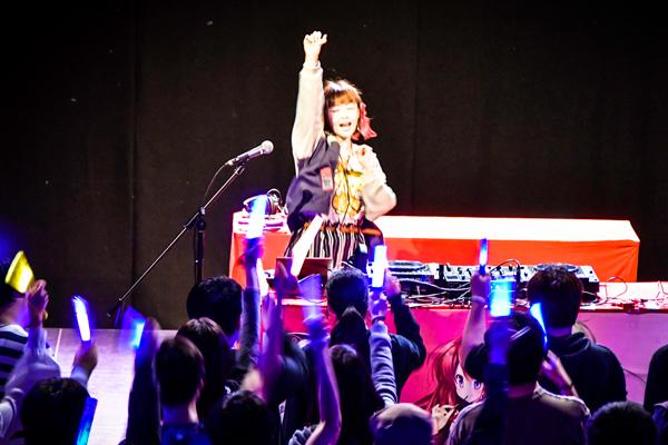 「DJ」桜咲千依が場を盛り上げる