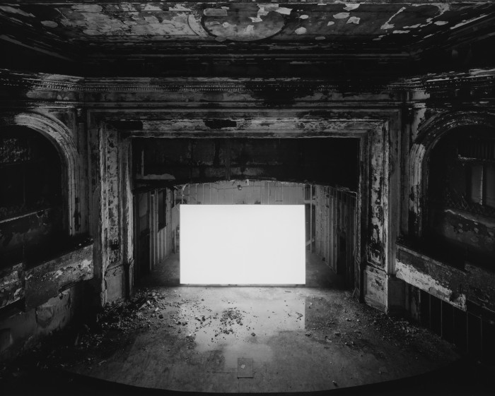 杉本博司《パラマウント・シアター、ニューアーク》(スタンリー・クレーマー『渚にて』1959)2015年、ゼラチン・シルバー・プリント ©Hiroshi Sugimoto / Courtesy of Gallery koyanagi
