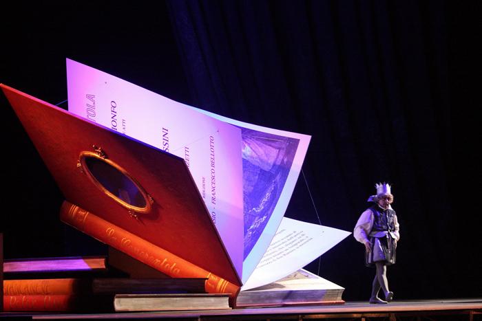 ドニゼッティ歌劇場『ラ・ピッコラ・チェネレントラ』より舞台写真 ラミーロ