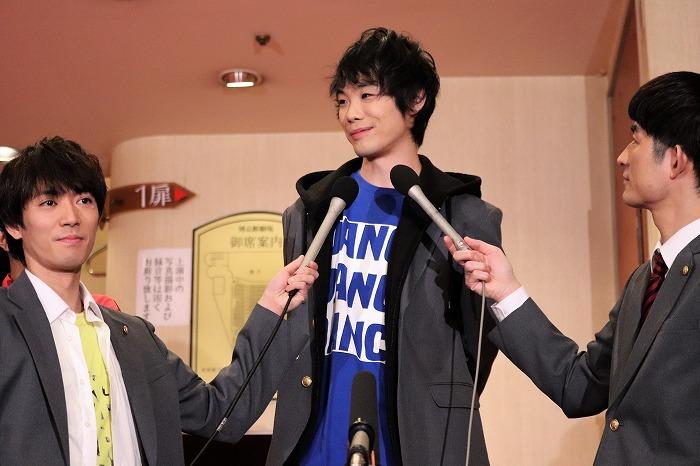 辰巳さん、松崎さんにマイクを向けられ照れる野澤さん