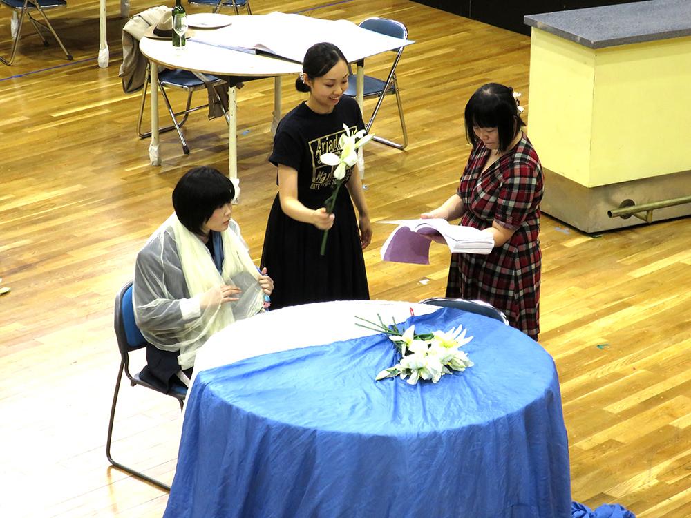 (左から、作曲家役、ツェルビネッタ役、演出助手。机の上に置かれているのは百合の花だ。) (撮影:小室敬幸)
