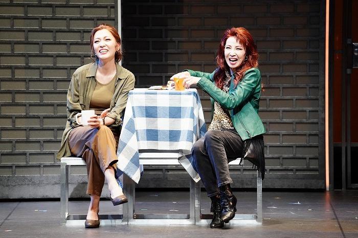 左から ジェイミーの母マーガレットを演じる安蘭けい、その親友レイを演じる保坂知寿