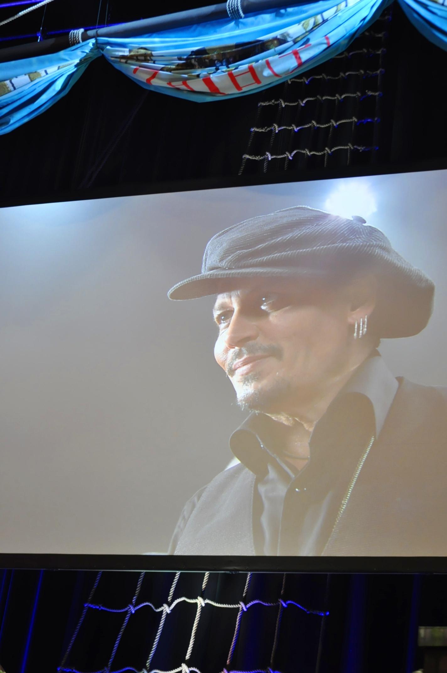 舞台上のスクリーンではジョニー・デップの一挙手一投足の生中継が。