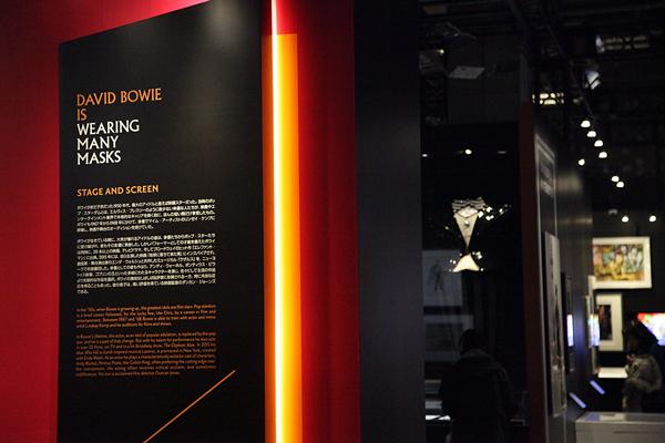 展示を効率よく見るために白とオレンジの太文字のテーマを頭に入れておく。
