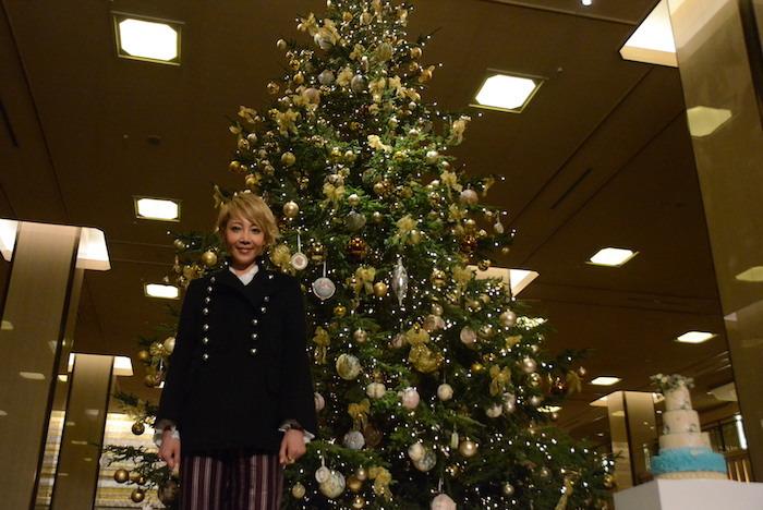 クリスマスツリーの前に立つ柚希礼音
