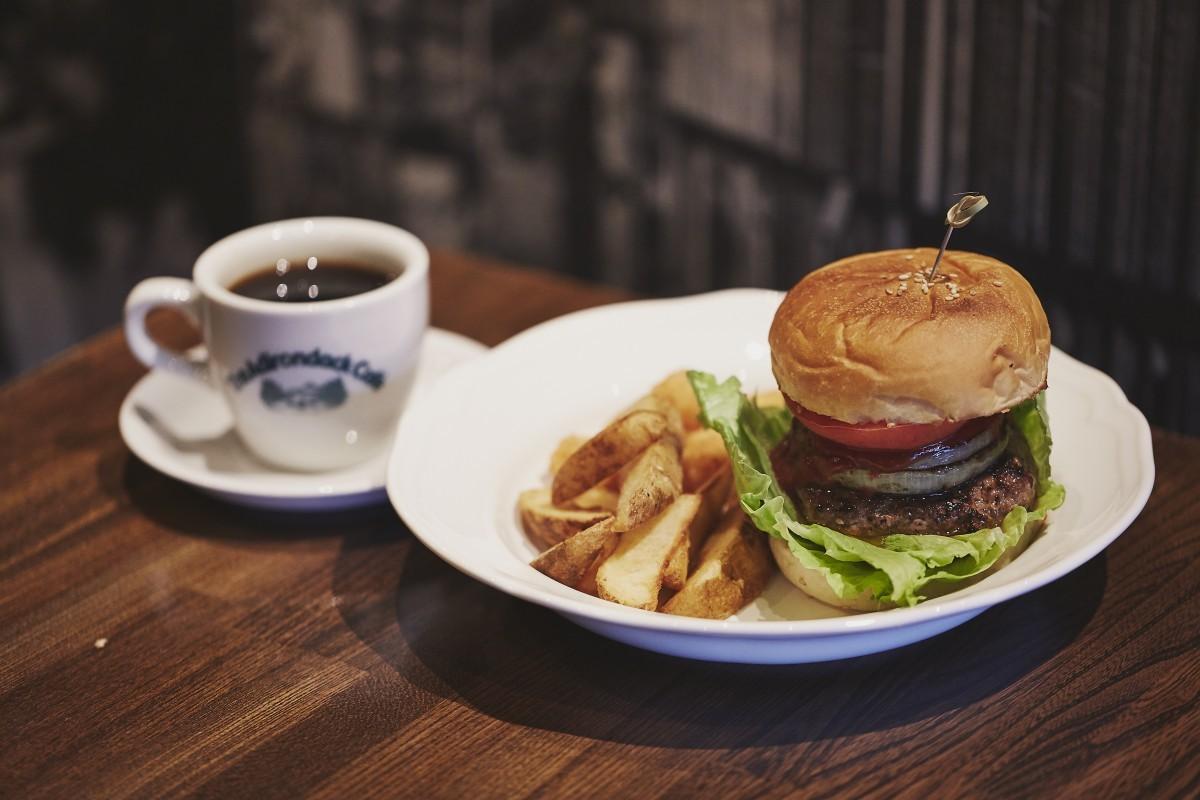 フードの一番人気は「アディロンダックバーガー」¥1,000。その他、ロコモコ丼やガッパオライスなどもある。オリジナルのロゴが入ったコーヒーカップにも注目。