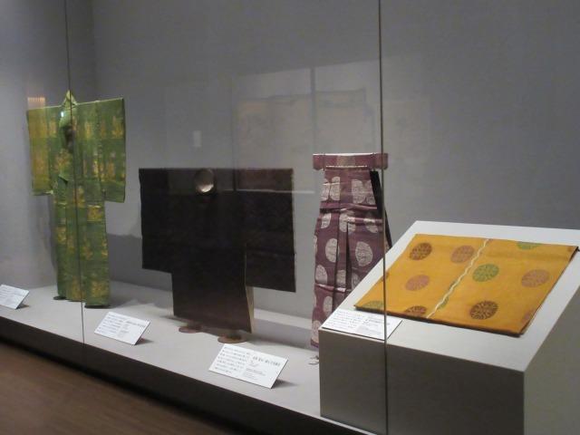 浮線綾文が織り込まれた装束の数々