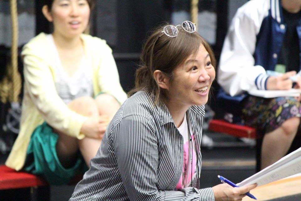 演出の絹川友梨  写真提供:東京演劇大学連盟事務局