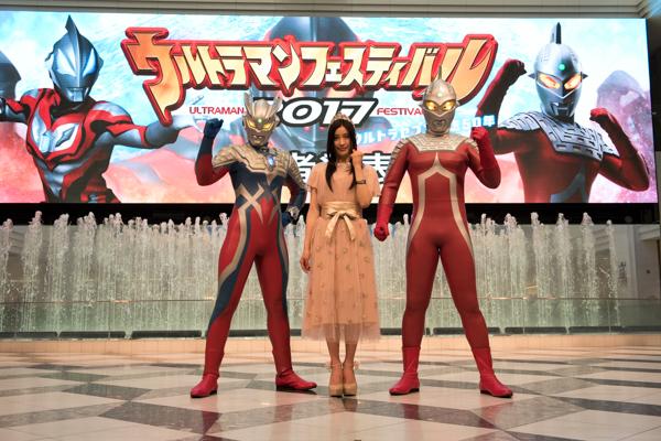 写真左より、ウルトラマンゼロ、土屋太鳳、ウルトラセブン (C)円谷プロ