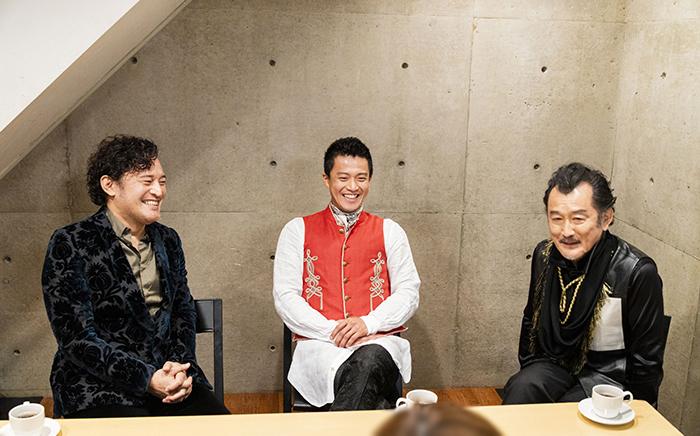 (左から)横田栄司、小栗旬、吉田鋼太郎