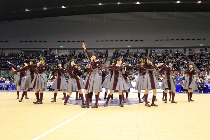 4,000人の前で歌を披露する欅坂46 (C)B-CORSAIRS/T.Osawa