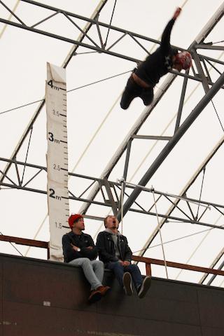 ハーフパイプ頂上にいる2人を飛び越える安床 武士