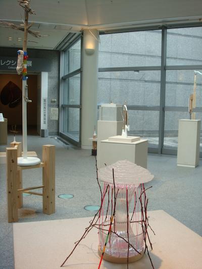 会場風景4 自然光が入る展示空間には、狩野が創り上げたミクストメディアの植物園が出現