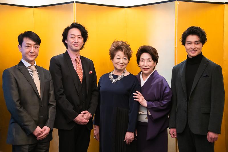 『初春新派公演』左から、河合雪之丞、喜多村緑郎、水谷八重子、波乃久里子、栗山航