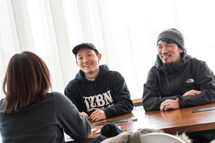 インタビューを受ける安床兄弟 (c)Mark Roe/ Red Bull Content Pool