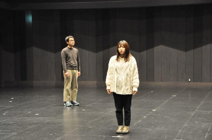 東京から故郷に帰ってきたシンジ(横田僚平/左)と、隣人の娘・ウミ(大門果央/右)。