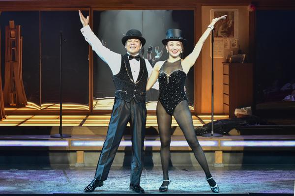 舞台ショーガールに出演する川平慈英とシルビア・グラブ