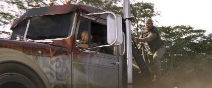 ロック様が素手で戦闘ヘリを引きずり下ろす!映画『ワイルド・スピード/スーパーコンボ』予告編を公開