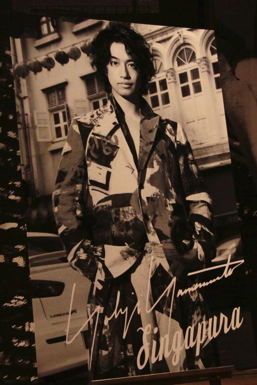 レスリー・キーが撮影した斎藤工のパネル