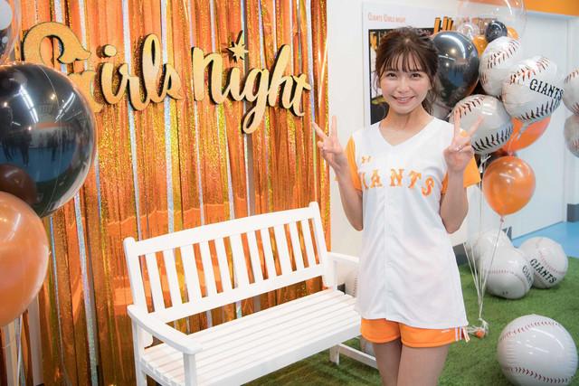 ガーリーなジャイアンツのユニフォーム姿で登場した宇野実彩子投手。(写真提供:小学館)