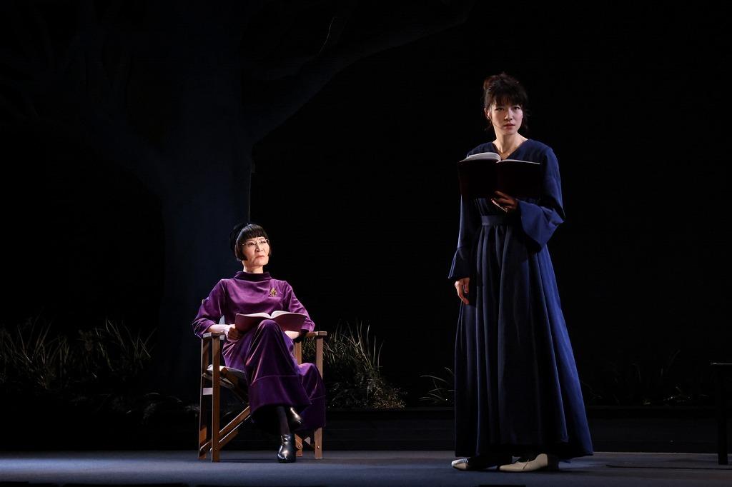 (左から)片桐はいり、瀧内公美 撮影:宮川舞子
