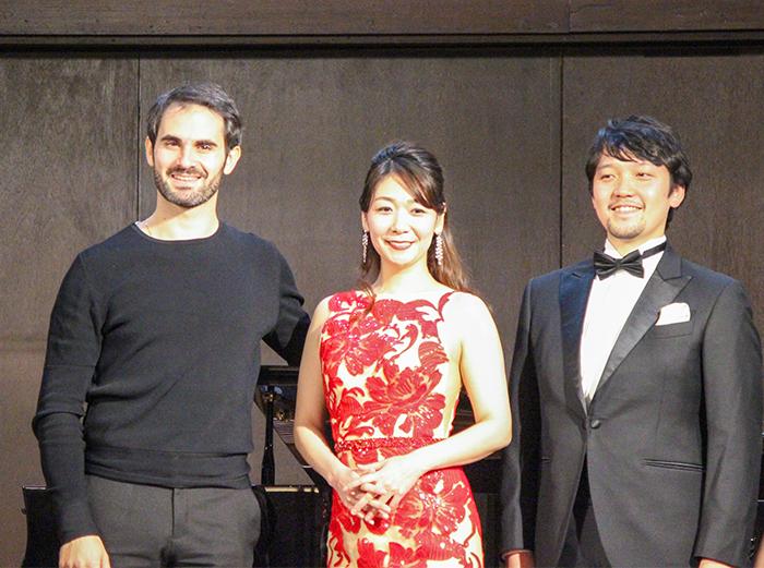 左から ジャコモ・サグリパンティ、柴田紗貴子(ソプラノ)、澤原行正(テノール)