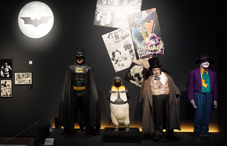一番右は映画『バットマン』(1989年)でジャック・ニコルソンが着たコスチューム。 DC SUPER HEROES and all related characters and elements (C) & TM DC Comics. WB SHIELD: (C) & TM WBEI. (s21)