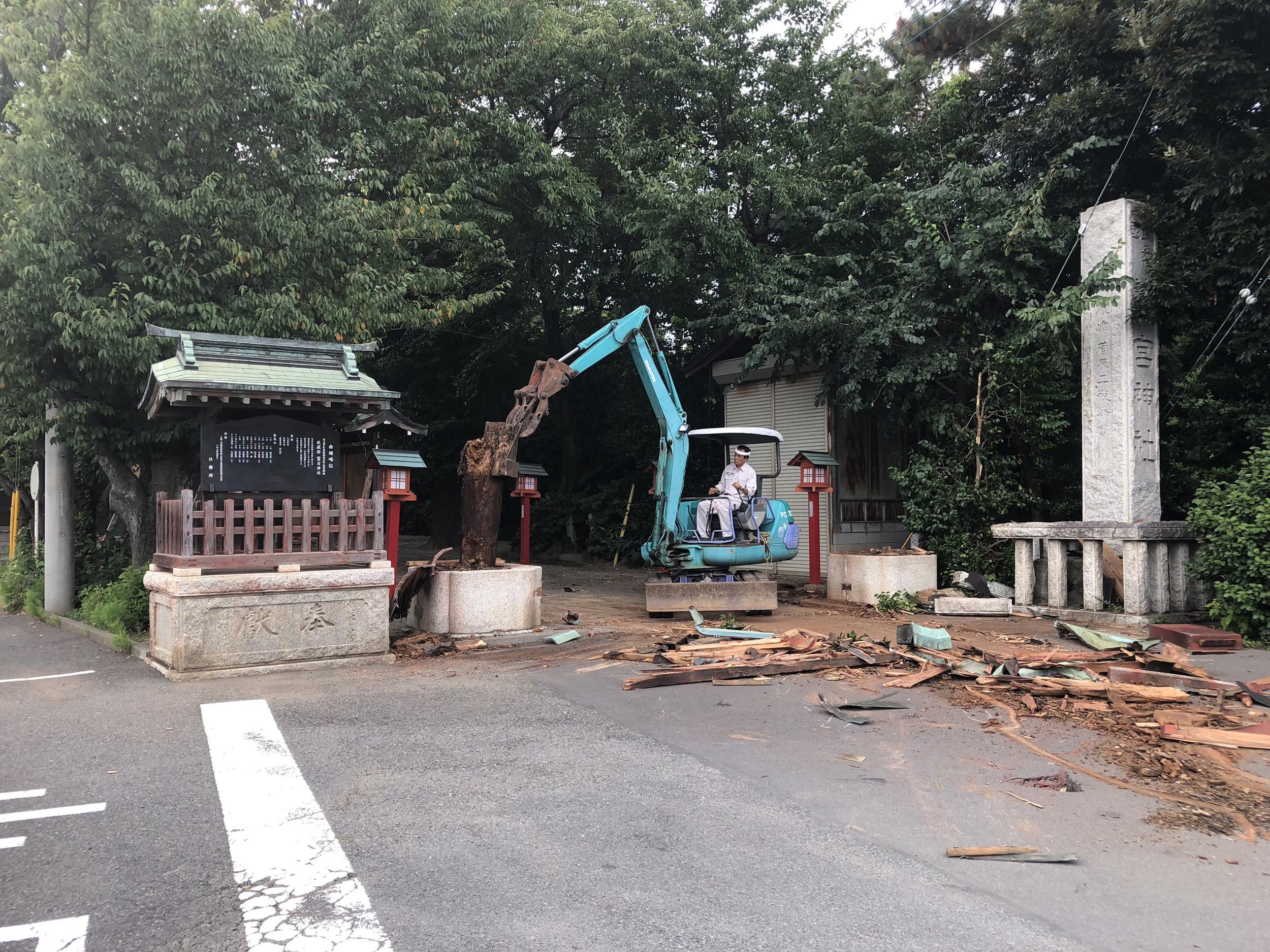 鳥居が崩れ、撤去作業。柱を抜こうとしている。撮影:柿崎俊道