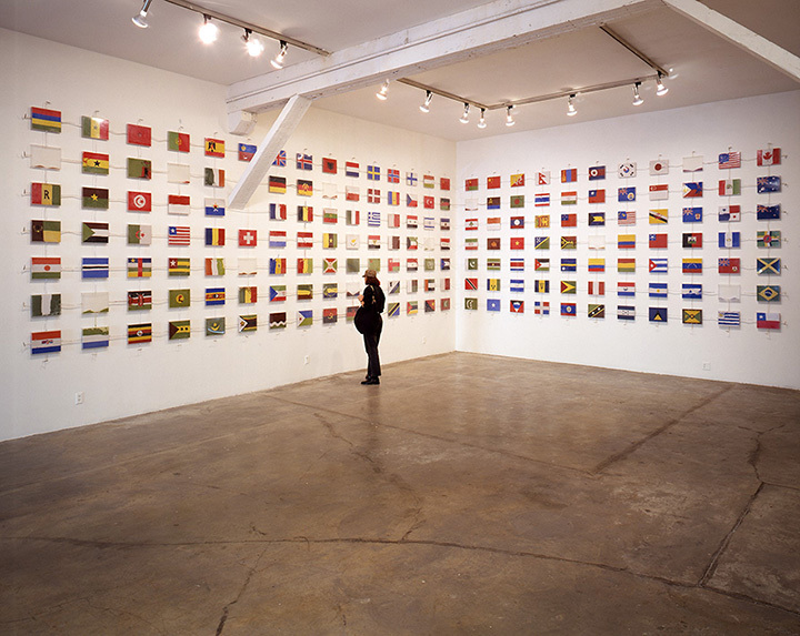 柳幸典『The World Flag Ant Farm』(1990)Los Angeles Contemporary Exhibitions, Los Angeles