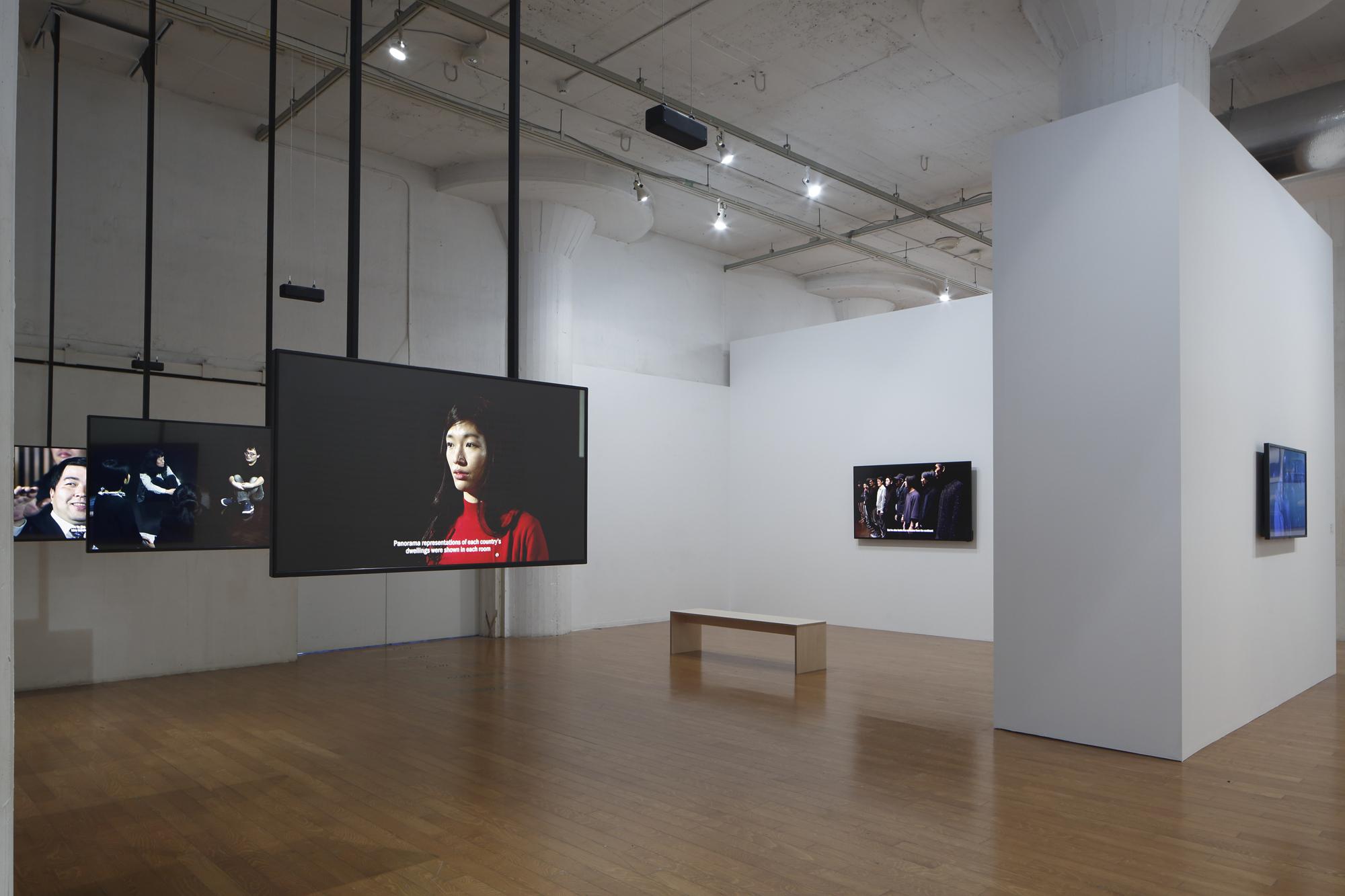 藤井光 「日産アートアワード2017」展示風景 《日本人を演じる》 2017  撮影:木奥惠三