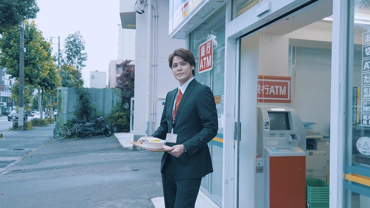 満足気な表情でコンビニから出る男(ドラマ「U.F.O.たべタイムリープ」未公開カット)