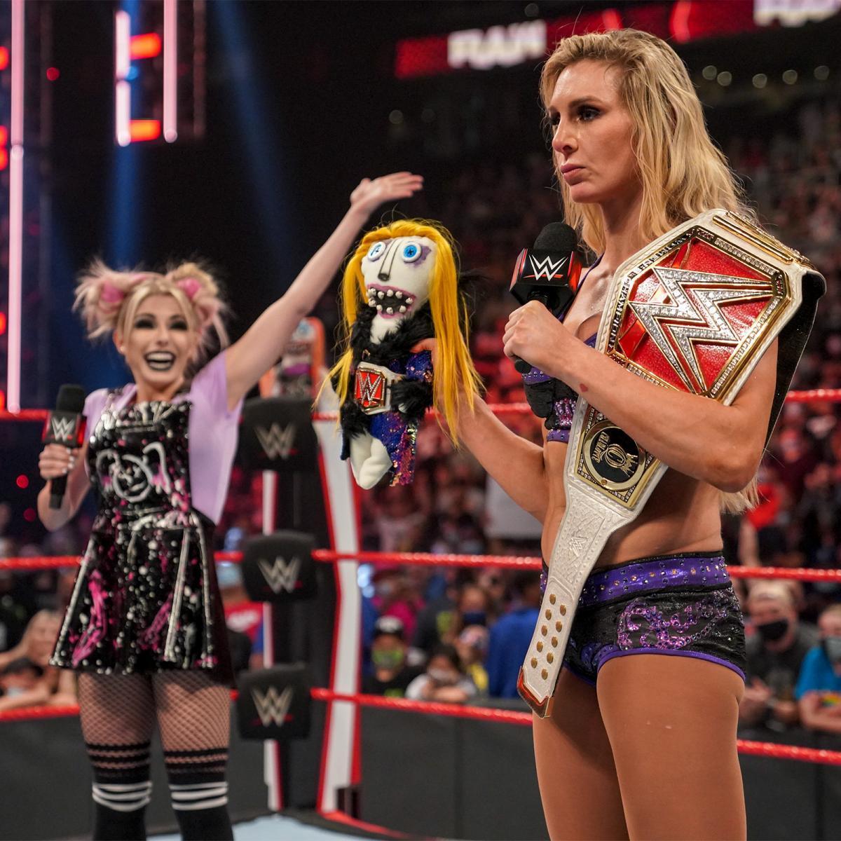 ブリスがフレアーに人形シャーリーをプレゼント ©2021 WWE, Inc. All Rights Reserved