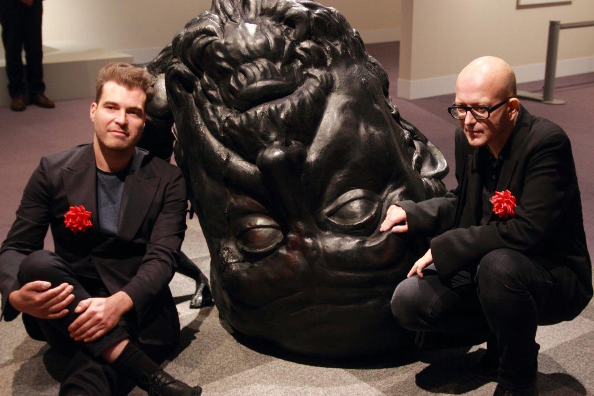 トマス・ルルイ《生き残るには脳が足らない》2009年、ブロンズ ロドルフ・ヤンセン画廊、ブリュッセル(右から、アーティストのトマス・ルルイ、アーティスト・キュレーターのエリック・ワイス)