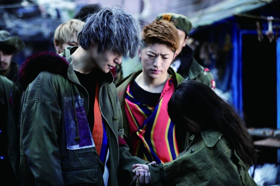 左から、スモーキー(窪田正孝)、タケシ(佐野玲於) (C)2017「HiGH&LOW」製作委員会