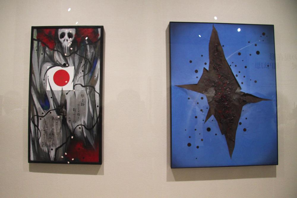 左:《散りそこねた桜の碑》2010年 作家蔵 右:《青空の下を再び焦土にするな》2007年 作家蔵