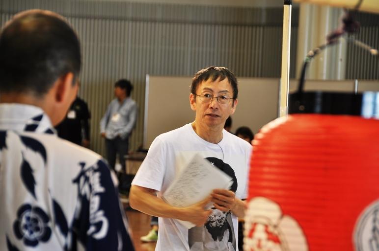 祇園祭鷹山保存会 囃子方のメンバーと打ち合わせ中の野田秀樹。
