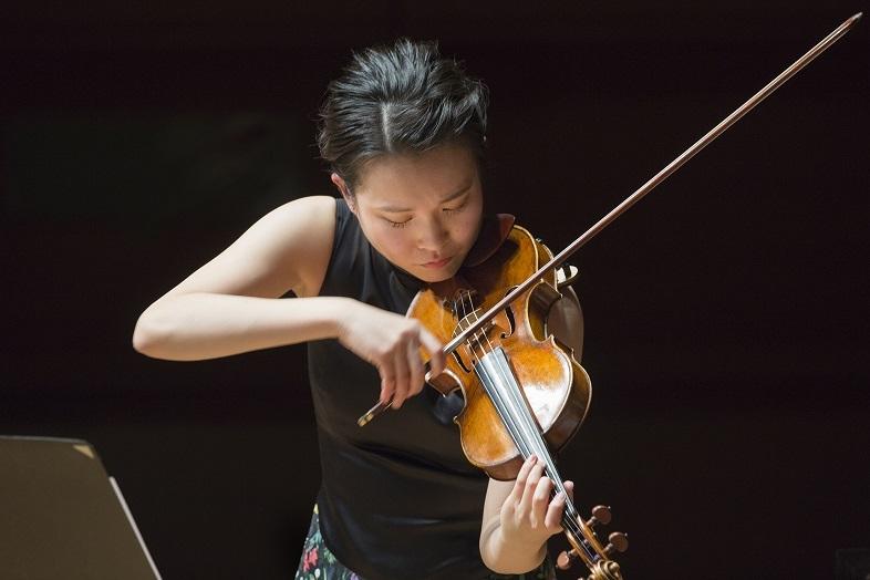 ブリテンのヴァイオリン協奏曲に挑戦する辻彩奈。(2021.3 紀尾井ホール)   (c) Hikaru Hoshi