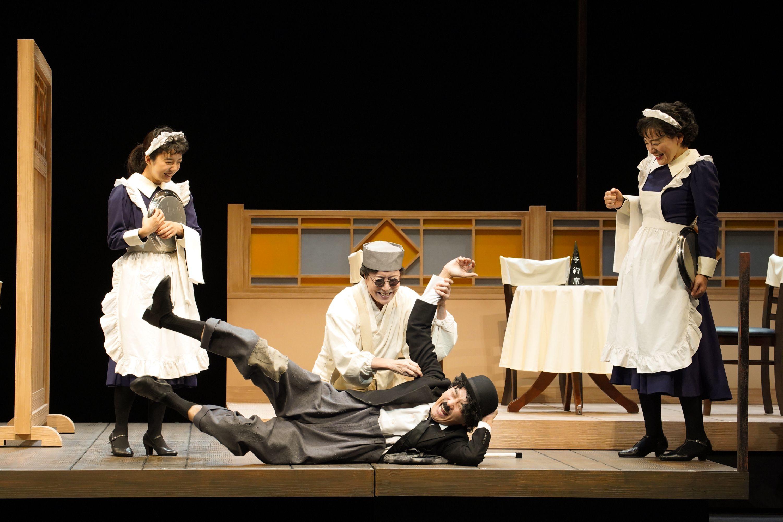 舞台『組曲虐殺』左より、上白石萌音、高畑淳子、井上芳雄、神野三鈴 撮影=宮川舞子