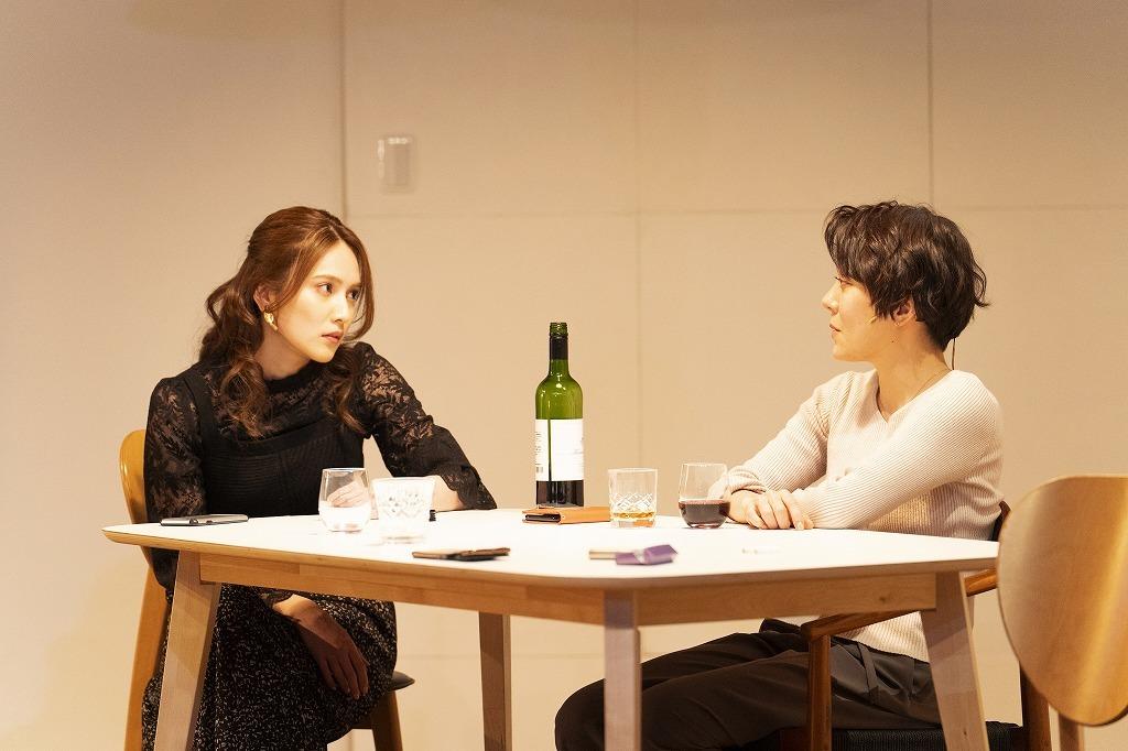 『魔女の夜』舞台写真 (左から)入山杏奈、鈴木杏