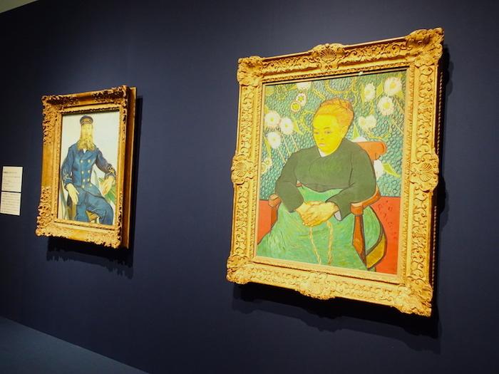 右からフィンセント・ファン・ゴッホ《子守唄、ゆりかごを揺らすオーギュスティーヌ・ルーラン夫人》1889年、フィンセント・ファン・ゴッホ《郵便配達人ジョゼフ・ルーラン》1888年