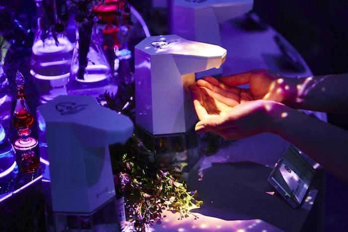 フラワーエッセンスは無色無香の液体で、花のエネルギーを水に写し取ったものだそう。ちなみにこちらは「ヴァーべイン」だ
