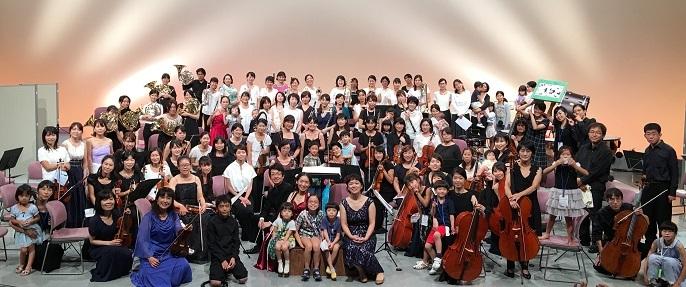 コンサートは大成功! 最後にオーケストラのメンバーと子どもたちで、記念写真。 写真提供:西宮きらきら母交響楽団