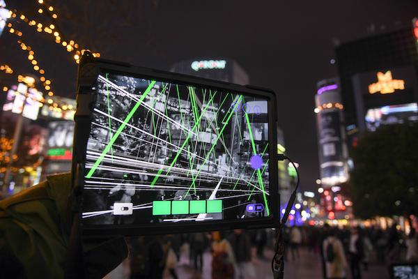 渋谷スクランブル交差点の《line rain》