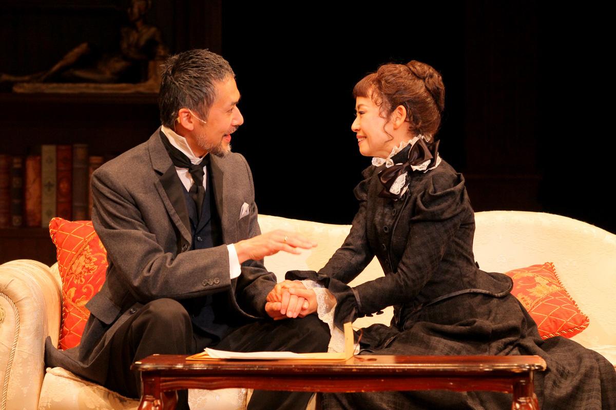 俳優座劇場プロデュース、音楽劇『人形の家』、左から、ヘルメル(大場泰正)、ノーラ(土居裕子) 撮影/飯田研紀