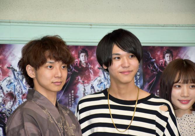 主演の橘(左)と舞台オリジナルキャラクターを演じる三浦(右)